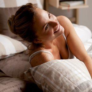 Frau und Bettwäsche